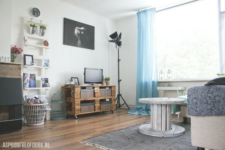 My livingroom with my handmade pallet dressoir and my spool coffee table.