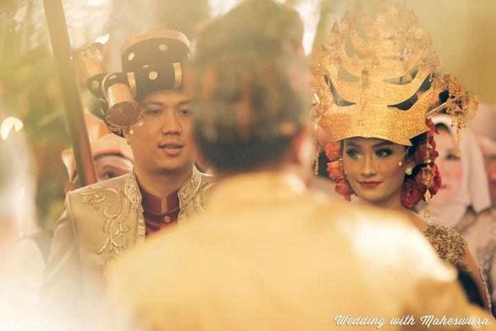 Pengantin dengan adat pernikahan Batak Mandailing Sumatra Utara menggunakan pakaian adat yang didominasi warna merah, keemasan dan hitam.
