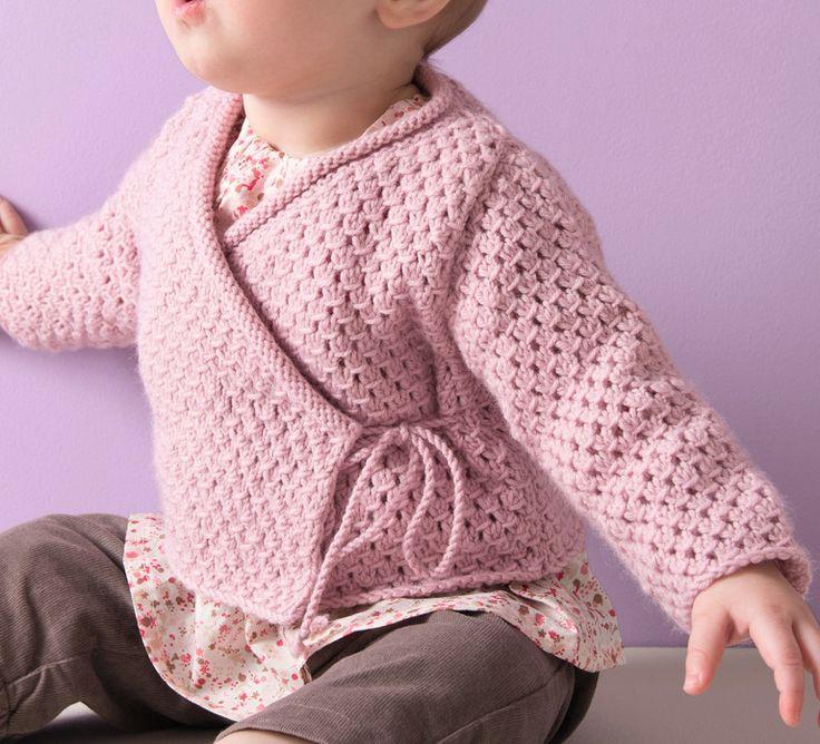 Indispensable dans la garde robe de bébé, le cache coeur reste le vêtement le plus pratique pour habiller bébé. En point jersey et point fantaisie, tricoté en ' laine partner 3.5 ', coloris rose, ce modèle habillera délicatement bébé ! N'hésitez pas à varier les couleurs grâce au panel de coloris que propose cette qualité !Modèle tricot n°11 du catalogue 96 : Layette et Pitchoun, Automne/hiver