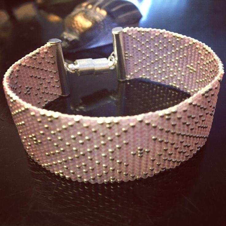 Bracelet tissé en perles de rocailles miyuki 15/0 argent et violet -mauve fermoir aimanté motifs géométriques losanges : Bracelet par boystalktoomuch