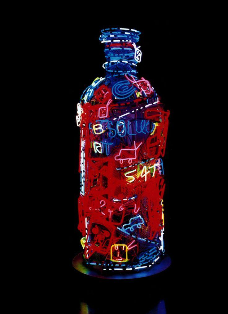 Play. Een fascinatie voor televisie maakte Nam June Paik tot een pionier in video art. Voor Absolut creëerde hij in 2000 een kunstwerk van neon en schermen. (©Nam June Paik 2000)