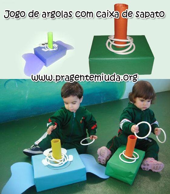 Oi!!!     Postamos aqui  um jogo de argolas com garrafa pet. Agora vamos mostrar a mesma dica, mas para trabalhar com os bebês da creche e ...