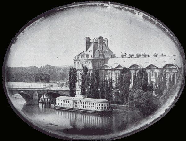 Une des toutes 1ères photos de Paris:   Le Louvre vu de la rive gauche de la Seine, Paris 1839 par Daguerre