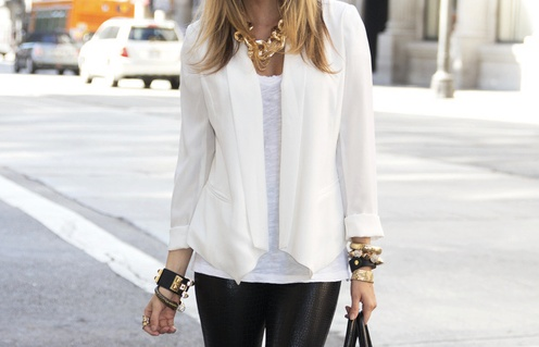 Combineer een witte blouse met een stoere zwarte leren broek voor die glamrock look.