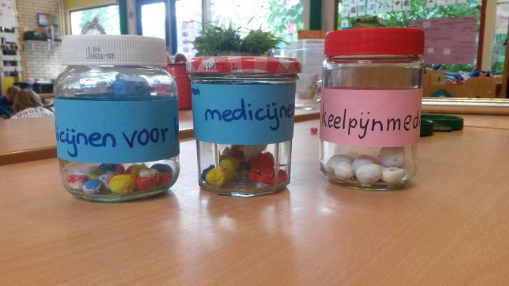 pillen potjes: laat de kinderen pillen kleien en laat ze deze vervolgens verven.