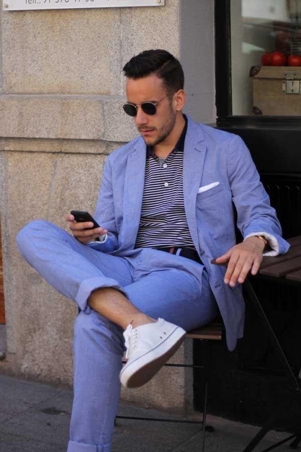 サックスブルーのセットアップにポロシャツ