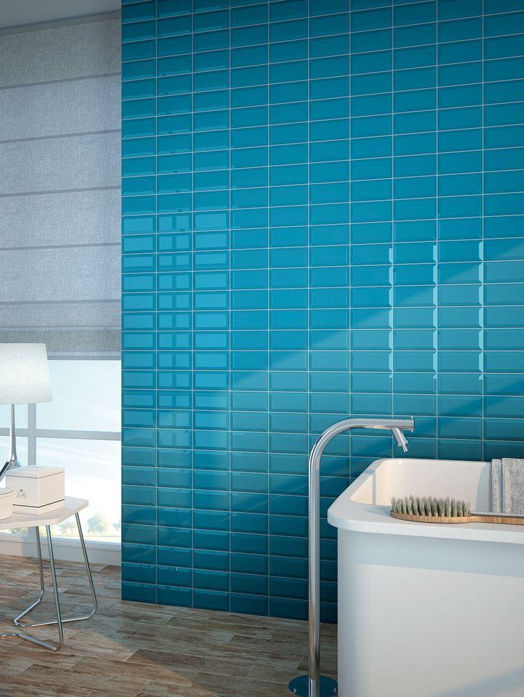 Durante los meses de calor nos encantan los diseños de interior frescos y de colores estivales como este baño con azulejos biselados de 7,5x15 de nuestra colección #ChicColors.