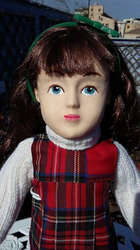 Zisa Doll con scamiciato e maglia a collo alto