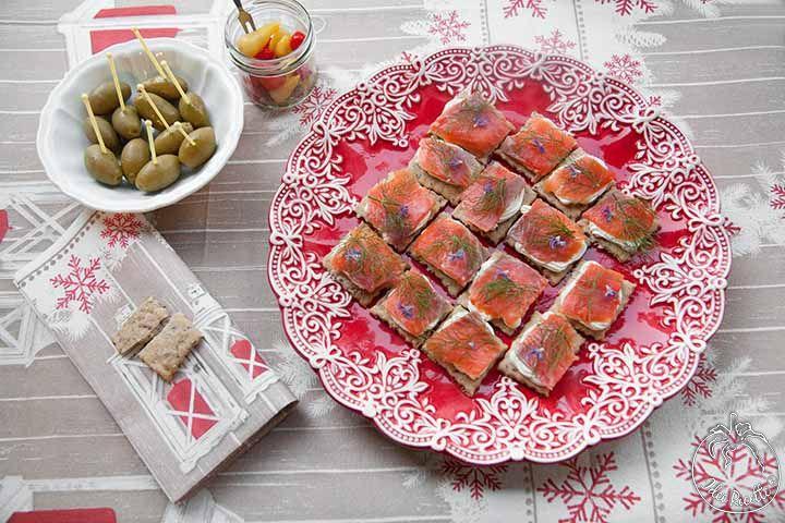 Crackers ai semi di lino con formaggio cremoso e trota salmonata affumicata