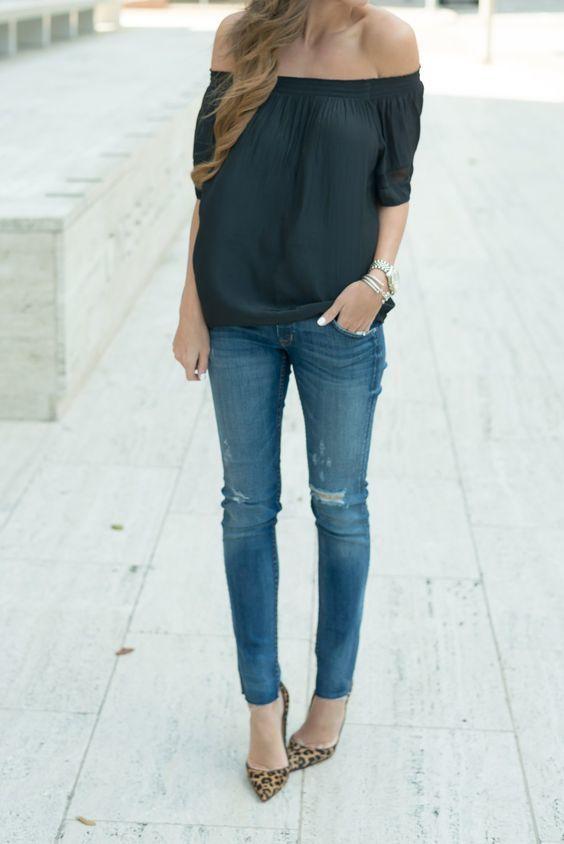 Ce combo d'un top à épaules dénudées noir et d'un jean skinny déchiré bleu dégage une impression très décontractée et accessible. Jouez la carte classique pour les chaussures et complète cet ensemble avec une paire de des escarpins en daim imprimés léopard bruns.