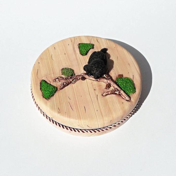 Andrea Živana Lukovská - krabička s imitací dřeva a psa kousajícího větev - vše z polymerové hmoty podle workshopu Andrey Zajacové z 2.ročníku Polymerové školy online