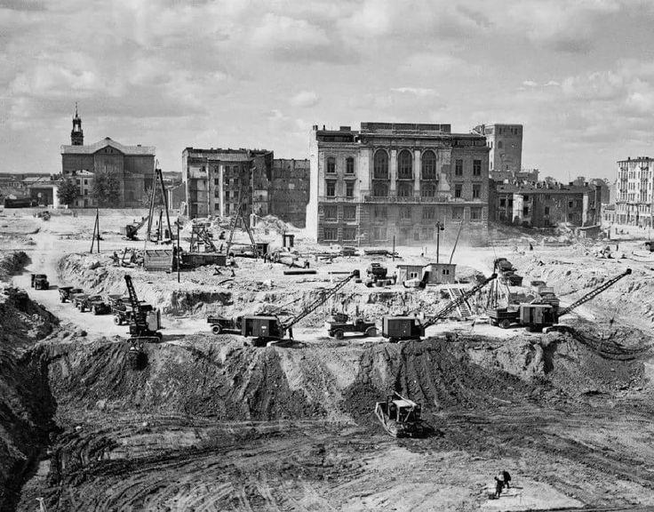 Przygotowania pod budowę Pałacu Kultury i Nauki. Po środku widoczny gmach znajdujący się przy ulicy Siennej 16, 1952 rok.