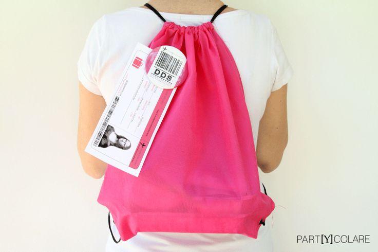 El KIT&FUN Cosmopólitan de PARTYCOLARE se entrega en el interior de esta mochila rosa. La tarjeta de embarque es personalizable con la foto de la novia y datos de la despedida. Kits de supervivencia para despedidas de soltera.  #bodas #despedidadesoltera #despedidadesoltero #despedida #kit #kitdesupervivencia #bachelorette #packaging
