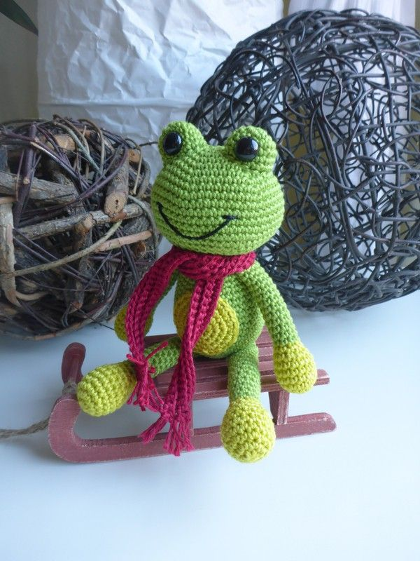 Der kleine grüne Frosch möchte bitte gleich von Dir gehäkelt werden.