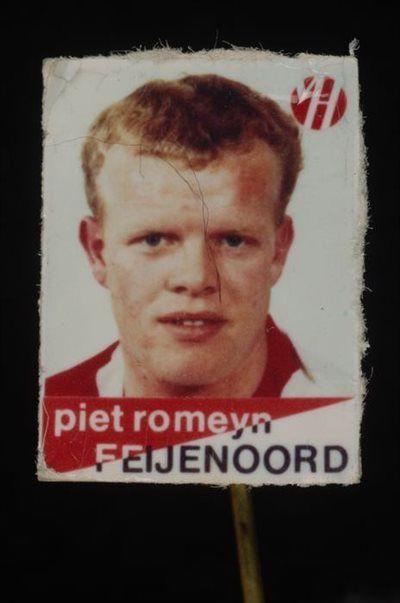 Reclamespeldje, monogram Van Houten´s Cacao, met Feijenoord voetbalspeler: Piet Romeyn