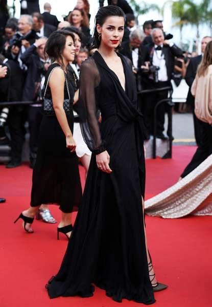 Wow! Cannes staunte nicht schlecht als Sängerin Lena Meyer-Landrut auf dem Red Carpet an der Côte d'Azur einen echt heißen Auftritt hinlegte. In einer verführerischen Saint Laurent Robe mit Beinschlitz, Sleek-Look und roten Lippen strahlt sie mit den Scheinwerfern um die Wette.