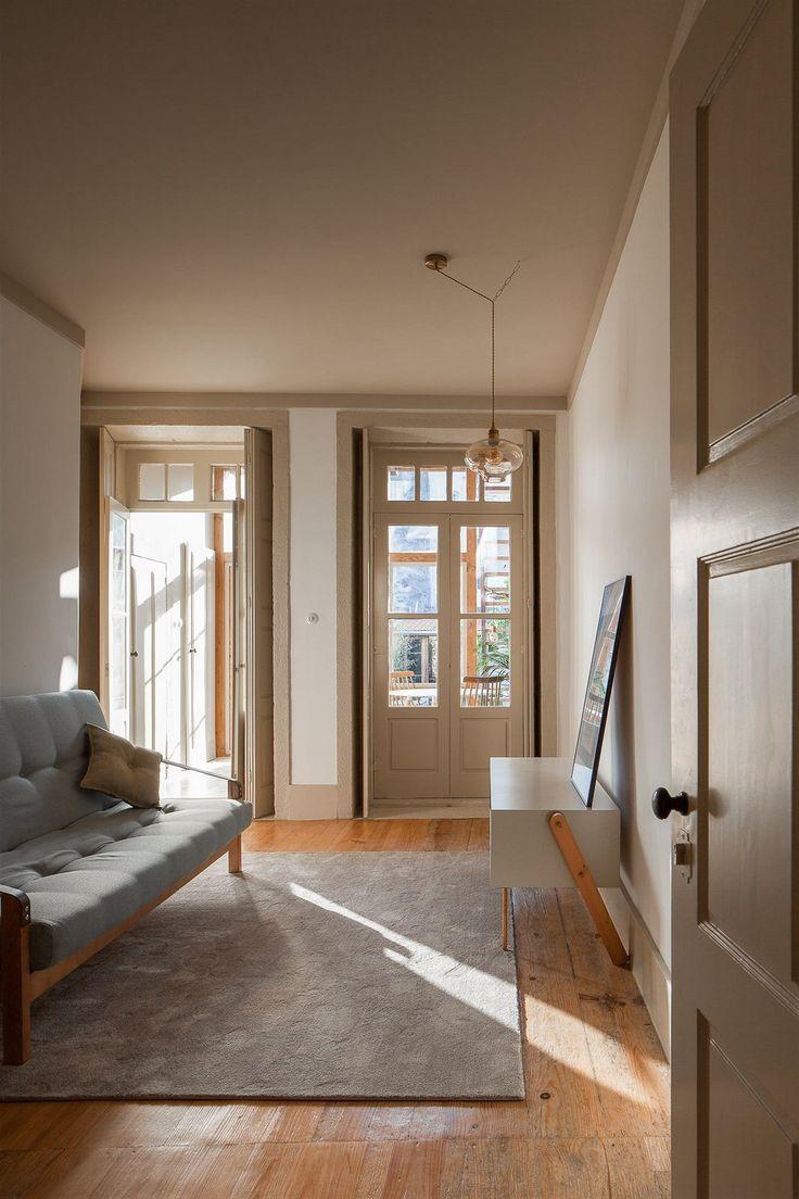 Byty jsou jednoduše zařízené dřevěným nábytkem, dřevo architekti skombinovali se světlými tóny matného laku.