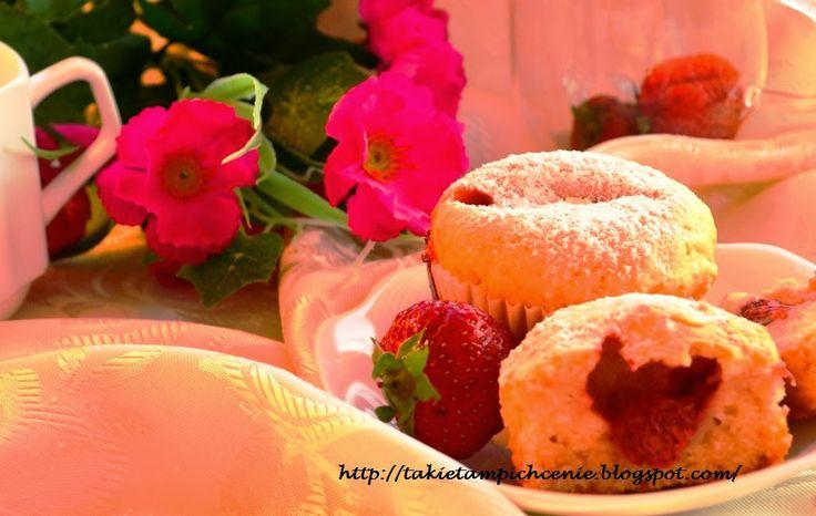 Smak, zapach, kolor, tradycja z nutką nowoczesności...: Muffiny waniliowe z truskawkami