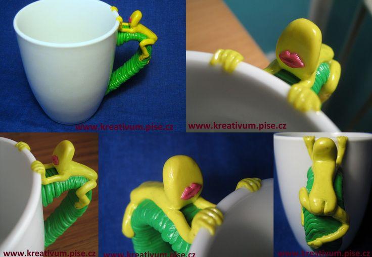 Žíznivý naháč :). Hrnek s uchem originálně dozdobeným Fimo hmotou. / Thirsty naked figure :) A cup with originally decorated handel with Fimo (polymer) matter #DIY #cup #mug #fimo #funny #naked #original