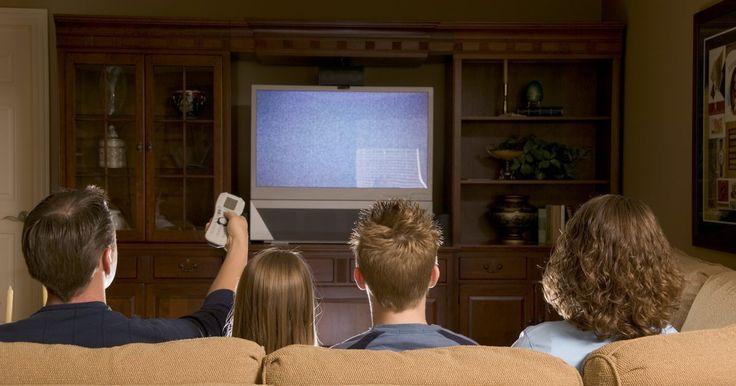 Como conectar uma TV LCD a um home theater. Se você está instalando um sistema de home theater em sua casa, você vai querer ligar a sua TV LCD ao aparelho de som. Isso é para que, além de desfrutar do som surround em filmes reproduzidos pelo aparelho de DVD ou Blu-Ray, você também poderá assistir à sua programação de televisão regular com som surround estéreo. O processo de instalação é ...