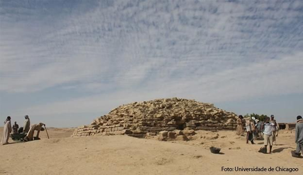 Piramide de Edfu, localizada no local onde existiu um povoado antigo de mesmo nome ao sul do Egito. Com aproximadamente 4.600 anos, foi encontrada por arqueólogos no sul do Egito. Com menos de 15 metros, já conclue-se que que a estrutura envelheceu como um monumento abandonado.Construídas pelos faraós Huni e Snefru, que reinaram aproximadamente entre 2635 a 2590 A.C.