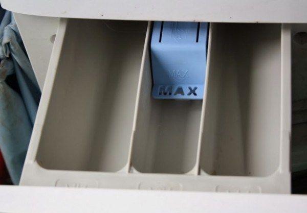 Το συρτάρι του πλυντηριου αποτελει ιδανικο μέρος για τη δημιουργίας μούχλας. Έχει ζέστη και υγρασία –ό, τι ακριβώς χρειάζεται η μούχλα για να αναπτυχθεί.Πλένοντας σε χαμηλες θερμοκρασιες,συγκεντρώνονται τα υπολείμματα αδιάλυτου απορρυπαντικού.Εάν το συρτάρι είναι βρώμικο,