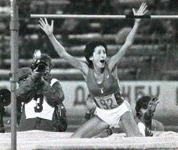 1978 Sara salta più in alto: La campionessa italiana Sara Simeoni stabilisce il nuovo record mondiale di salto in alto: 201 cm.