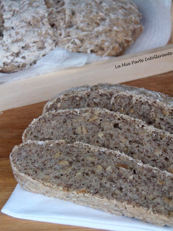 Pagnotta rustica senza glutine e lattosio, con semi di zucca e lino.