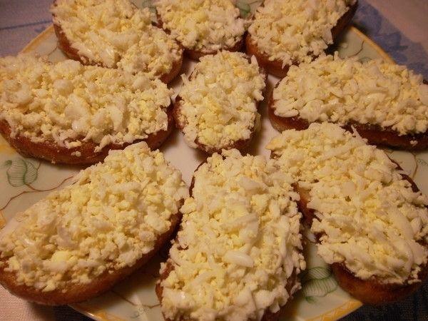 Гренки с яйцом и чесноком - пошаговый рецепт с фото: Рецепт простой, но очень вкусной, а потому любимой в народе закуски. Чтобы гренки получились полезнее, хлеб можно... - Леди Mail.Ru