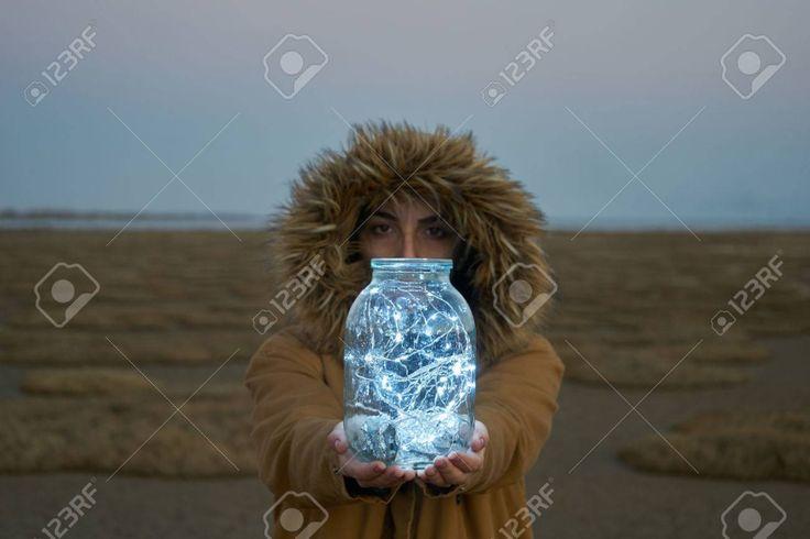 La muchacha está sosteniendo luces de colores en …