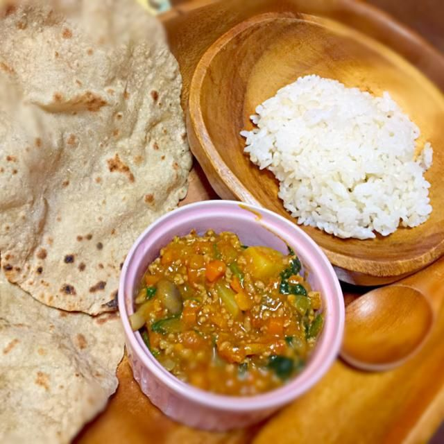 自作キーマカレーと、たまにバイトしているインド料理のオーナーからいただいたATTA粉で、チャパティも作りました。 - 19件のもぐもぐ - キーマカレー*チャパティ by coronalunasol