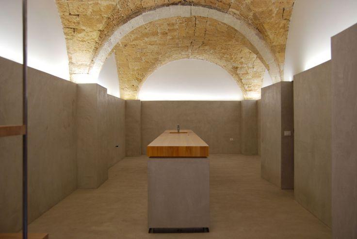 Un piccolo locale di quasi 60 mq e le due volte consecutive a crociera in pietra arenaria, definiscono lo scenario di questa progettazione.