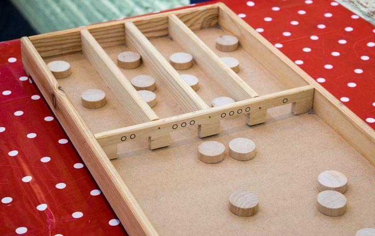 De tafels kun je op een leuke manier oefenen door de kinderen te laten sjoelen. Hoe dit werkt en wat je ervoor nodig hebt vertel ik je graag in deze blog.