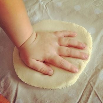 平らにのばし成型したところで、手や足をペタッ。