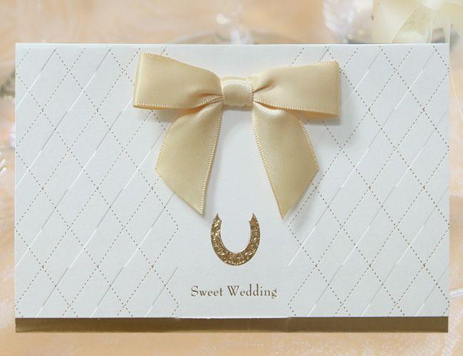 【リュバン(ホワイト)招待状】冊子上部に施された、イエローゴールドのリボンがなんともキュートなデザインの「リュバン(ホワイト)」の招待状。 フランス語のリボンを意味する「リュバン」をタイトルとし、お二人の愛や、ゲストとの絆を結ぶ、大切な一日の幕開けにピッタリのデザインに仕上げています。