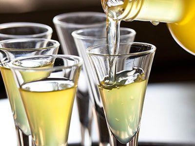 SpecerijenHoeveelheid (gram / liter) Sinaasappelschil50-100 Citroenschil60-250 Bittere sinaasappelschil2,5-50 Rozemarijn0,5-1 Safraan0,1-0,5 Steranijs3-20 Kaneel3-15 Vanille0.5-2 Laurierblaadjes0.5-2 Kardamon4-20 Nootmuskaat3-6 Piment3-6 Gember1,5-12 Kruidnagel0,6-3 Zwarte peper2-24