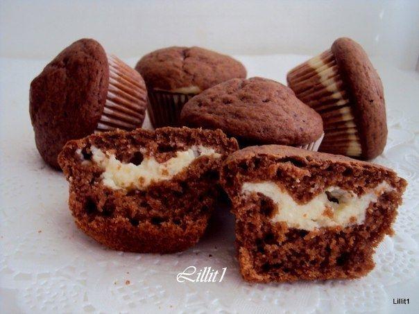 Фото к рецепту: Шоколадные маффины с кремом