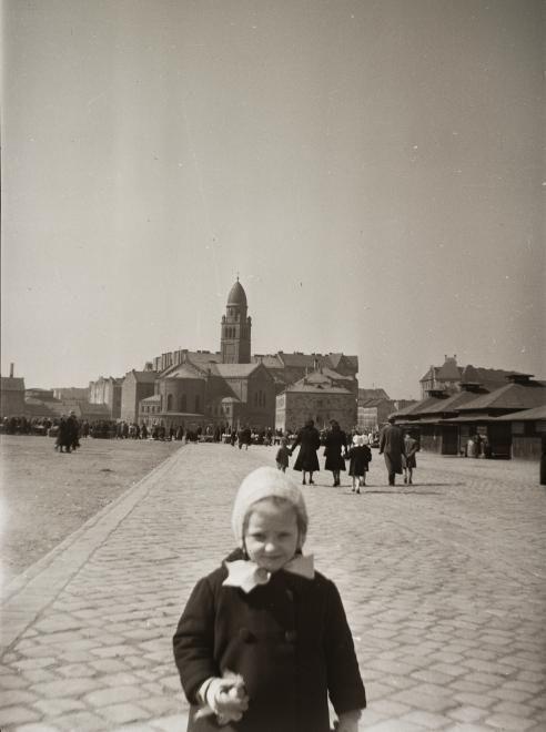 Páli Szent Vince templom, háttérben a Mester utca és a Haller utca házai, az egykori Vásártérről nézve. 1942