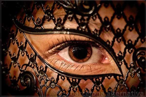 Ocultarse es de las primeras reacciones del hombre ante las faltas cometidas y cuyo origen se encuentra en el miedo a ser descubiertos y juzgados. Ya el mito del Génesis, nos muestra cómo en el principio del ser humano surge el impulso a ocultarse, cuando Adán y Eva se cubrieron tras una hoja de parra …