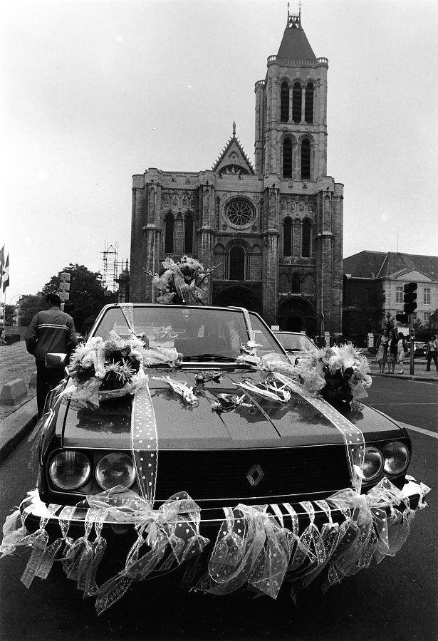 Robert Doisneau - Saint Denis // La voiture des mariés, Basilique Saint-Denis Octobre 1987