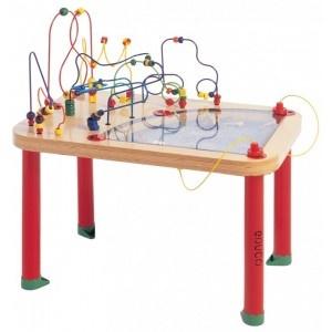 Deze zeer mooie en veelzijdige #Educo Transporttafel is een unieke, magnetische speeltafel waar 3 of 4 kinderen tegelijkertijd kunnen spelen. In het tafelblad, achter de acryl plaat is zand verwerkt. Door de magneetjes aan de onderzijde van de tafel te bewegen worden sporen in het zand gemaakt en kun je de diverse voertuigen laten bewegen.