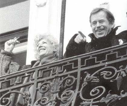 Passarono... sotto un balcone di ferro battuto. Melinda gli aveva detto che da lì un anno prima Havel aveva proclamato la repubblica. Camminando, Jacob si appoggiò contro la spalla di Luboš e ricordò che Luboš non sapeva, o fingeva di non sapere, da dove si fosse affacciato Havel. Insistere sull'argomento sarebbe stato inopportuno. — È per Giulietta, disse Jacob, indicando il balcone... — Sì, Romeo, rispose Luboš rispondendo anche alla pressione di Jacob contro la sua spalla.