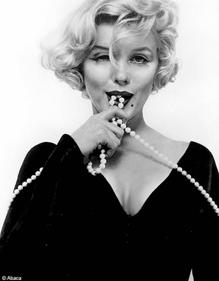 """Marilyn Monroe présente """"Certains l'aiment chaud"""", 1959 - Marilyn Monroe, 50 photos cultes - Elle"""