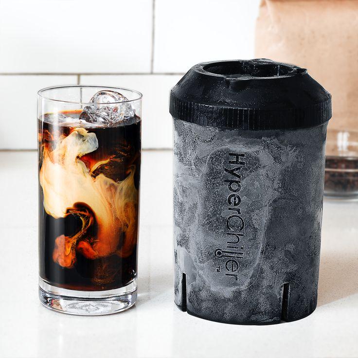 """コーヒーは「香り」が命。アイスコーヒーでも同じことですが、冷めるまで時間がかかって酸化したり(味が落ちたり)、氷が溶けて味が薄まったり、せっかくの香りを台無しにする要因が盛り沢山。自宅で簡単に""""美味しい""""アイスコーヒーを淹れるのはほぼ不可能でした。特に急冷のために使われている氷。冷たいと人間の味覚が落ちる分、ホットよりも多めの粉を使ったり、アイスコーヒー用の豆を用意しないといけなかったり、なにかとアイスコーヒーは手間でした。アメリカ生まれのHyperChiller は、Kickstarterでも高く評価を受けた画期的なアイスコーヒーメーカー。淹れたてのコーヒーを、あらかじめ冷凍しておいたHyperChiller に注ぐだけ。あとは冷えるまで90秒待ちます。大量の氷を使わず、味を薄めることなく、手軽で美味しいアイスコーヒーをいつでも作ることができます。HyperChiller が可能にした「手軽なのに美味しい」3要素・瞬間急冷 → 一気に冷やすことで、味劣化の原因になる酸化を防止・(急冷用の)氷がいらない → 香り・酸味・コクを維持・ホット用の豆でOK →…"""