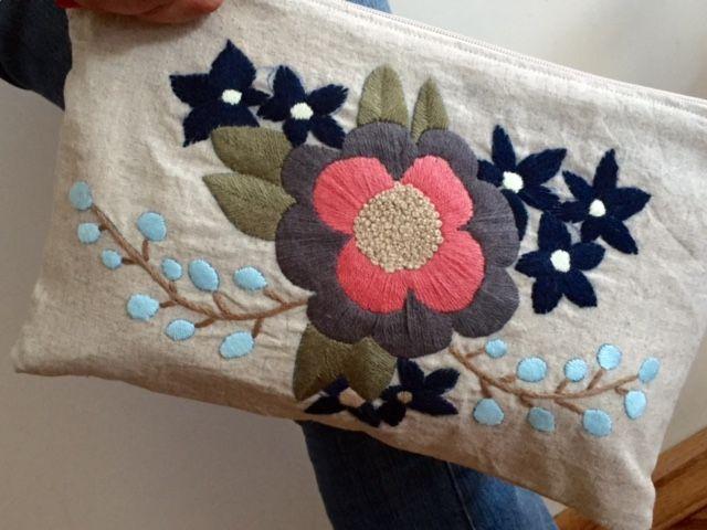 Sobre bordado en lana sobre lino