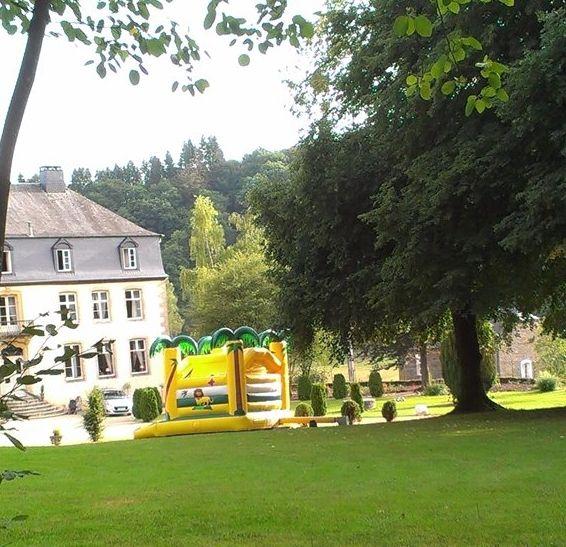 Vrolijk springkussen gehuurd via www.locajeux.be om de kinderen goed te vermaken