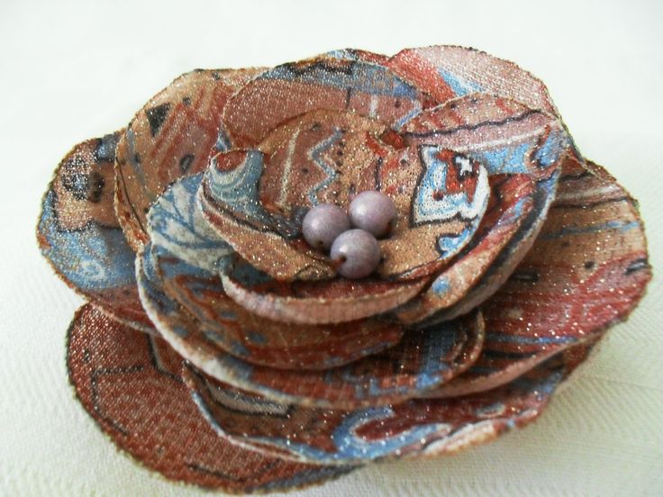 Brož EMANUELA Květinová brož zhotovená z petře potištěné tkaniny v odstínech hnědé,modré a krémové barvy průměr 10cm,zapínání na brožový můstek pro oživení svetříku,kabátu,kabelky a pod., na přání mohu zhotovit na gumičku do vlasů Další brože z mé nabídky můžete vidět zde.