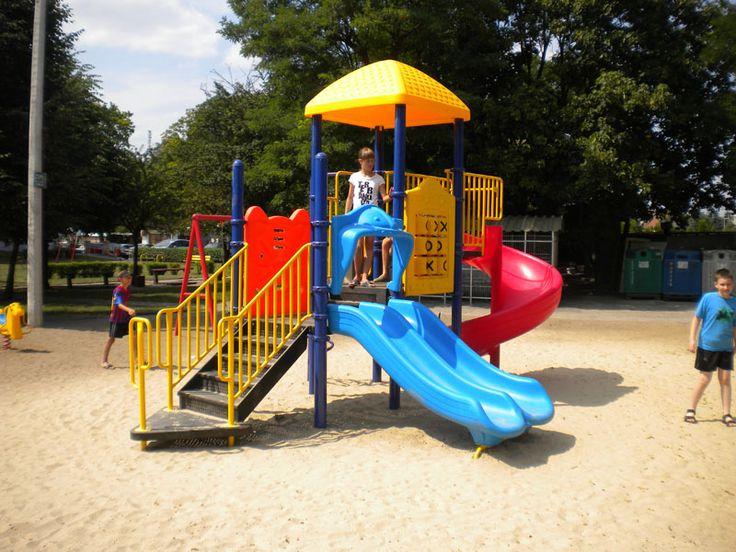 Plac zabaw w Pobiedziskach został wybudowany z inicjatywy tamtejszej spółdzielni mieszkaniowej. Warto zawsze pamiętaj, żeby w okolicy mieszkań znalazło się też miejsce dla najmłodszych. Szczególnie tak ładne miejsce. To już nasz trzeci plac zabaw w Gnieźnie. Cieszymy się z uszczęśliwienia tylu dzieci i zaufania, jakim jesteśmy obdarzani. http://spil.pl/pobiedziska-spil-producent-placow-zabaw/