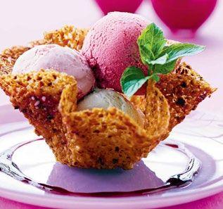 Nøddekurve med is og hindbærsauce http://www.spisbedre.dk/kage-og-dessert/dessert/noeddekurve-med-og-hindbaersauce