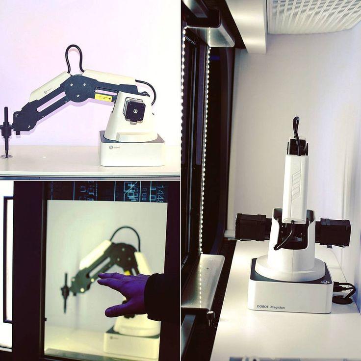 Ein Roboterarm so wie er in großer und kleiner Ausführung tagtäglich im Bereich der Industrie 4.0 zum Einsatz kommt. Das Zauberwort heißt Automatisierung und wird in unserem Showtruck mithilfe unserer Shiftscreen-Vitrine gebührend in Szene gesetzt werden. #Sonepar #InnovationLab #Lab #soneparlab #SIL #Technik #Technologie  #deutschland #Service #information #innovation #smart #futuristic #zukunft #interessant #ElectrifyYourFuture #energie #industrie40 #automatisierung #roboter #shiftsc